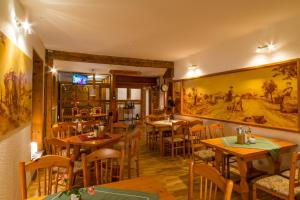 Ein Restaurant oder anderes Speiselokal in der Unterkunft Pension Zum Schotten