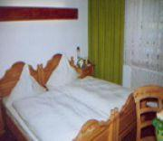 A bed or beds in a room at Kämpgens – Hof