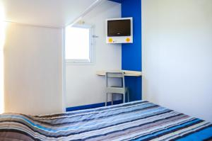 A bed or beds in a room at hotelF1 Narbonne Sud