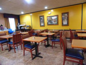 A restaurant or other place to eat at American Inn and Suites Houghton Lake