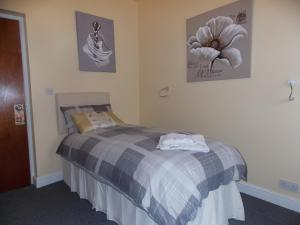 A bed or beds in a room at Sandpiper Inn B&B and Pub