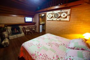 A bed or beds in a room at Chalés Araucária e Manacá
