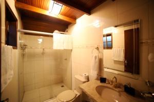 A bathroom at Chalés Araucária e Manacá