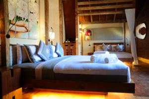 A bed or beds in a room at Kaleydo Villas