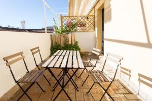 A balcony or terrace at Black Swan Hostel Sevilla
