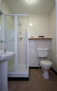 A bathroom at Brig Inn