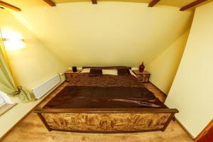 Łóżko lub łóżka w pokoju w obiekcie Dom Maciejówka