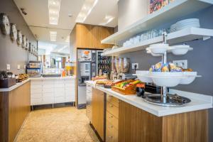 A kitchen or kitchenette at Art Hotel Lafayette