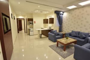 Uma área de estar em Abat Suites