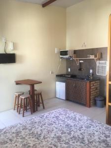 Кухня или мини-кухня в Nascer Do Sol Suites