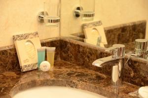 Um banheiro em Abat Suites