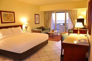 Een bed of bedden in een kamer bij Safir Sharm Waterfalls Resort