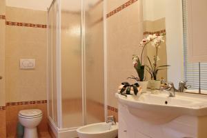 A bathroom at House Carla by Holiday World