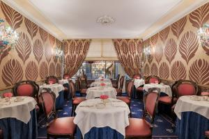 A restaurant or other place to eat at Hotel Montecarlo