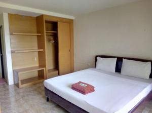 A bed or beds in a room at Pearl Place Hotel