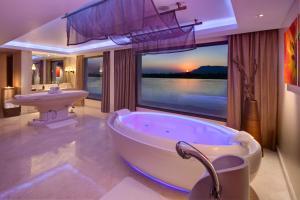 A bathroom at Hilton Luxor Resort & Spa