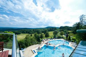 Ein Blick auf den Pool von der Unterkunft Rhön Park Aktiv Resort oder aus der Nähe