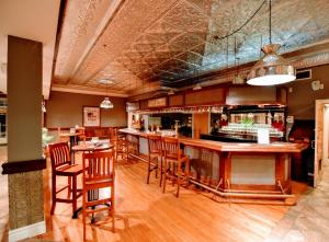 Lounge oder Bar in der Unterkunft Burleigh Falls Inn