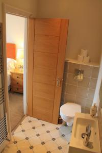 A bathroom at Bentinck Hotel