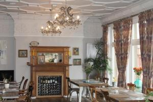 A restaurant or other place to eat at Bentinck Hotel