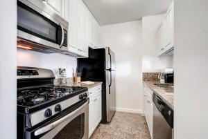 A kitchen or kitchenette at Bluebird Suites in Midtown West