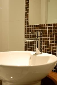 A bathroom at Cathedral Quarter Hotel