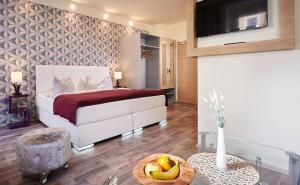 A bed or beds in a room at Auenwald Hotel und Apartmenthaus