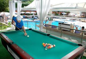 Een biljarttafel in Grand Okan Hotel