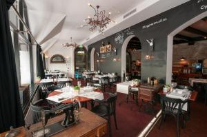 A restaurant or other place to eat at Hotel De Rustende Jager
