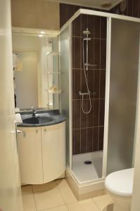 A bathroom at Logis Le Bretagne