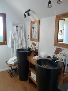 A bathroom at Clos du Mont Rouge