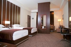 سرير أو أسرّة في غرفة في فندق سولاف لكجري