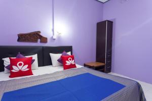 Ein Bett oder Betten in einem Zimmer der Unterkunft ZEN Rooms Mukim Kedawang