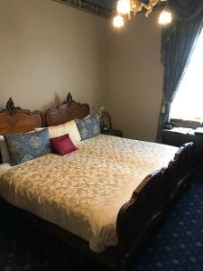 A bed or beds in a room at Freeman On Ford
