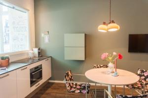 A kitchen or kitchenette at De Eindhovenaar City Apartments