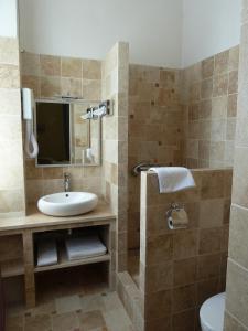 Salle de bains dans l'établissement Le Castelet des Alpilles