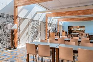 A restaurant or other place to eat at Stayokay Egmond