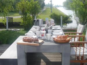 Breakfast options available to guests at Sonnehûs