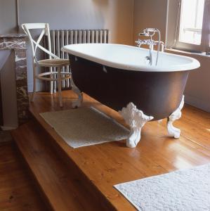 A bathroom at Hôtel La Licorne & Spa