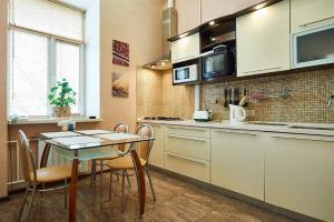 A kitchen or kitchenette at Home Hotel Apartments on Zoloti Vorota