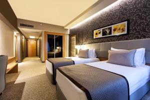 سرير أو أسرّة في غرفة في Ramada Plaza By Wyndham Izmit