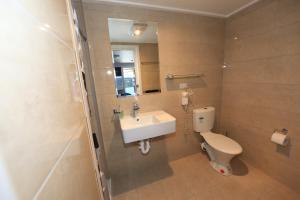 A bathroom at Wattle Grove Motel Maryborough
