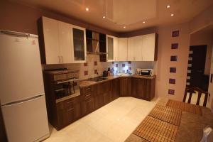 Кухня или мини-кухня в City Apartments Myakinino