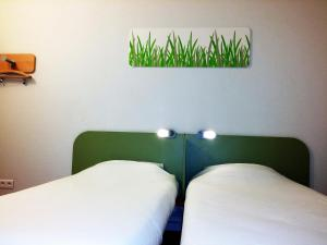 A bed or beds in a room at ibis budget Saint-Maximin