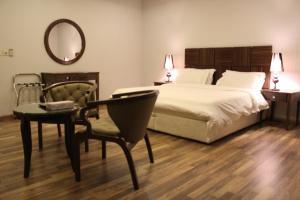 Cama ou camas em um quarto em درر رامه للأجنحة الفندقية 4