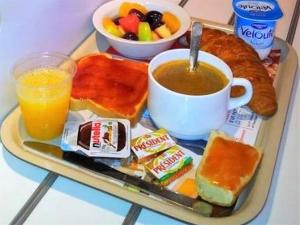 Breakfast options available to guests at ibis budget Saint-Maximin