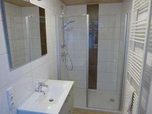 A bathroom at Pension Zur Eiche
