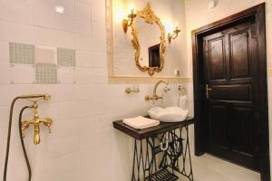 A bathroom at Hotel Evmolpia