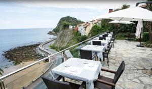A restaurant or other place to eat at Hotel Itxas Gain Getaria
