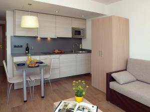 Een keuken of kitchenette bij Almirall Apartaments